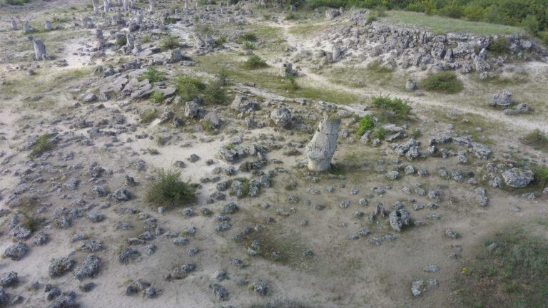 Побити камъни